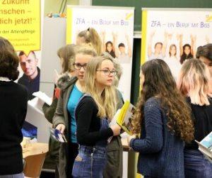 Goethe Schule Harburg rekordausstellung beim berufsorientierungstag der goethe schule